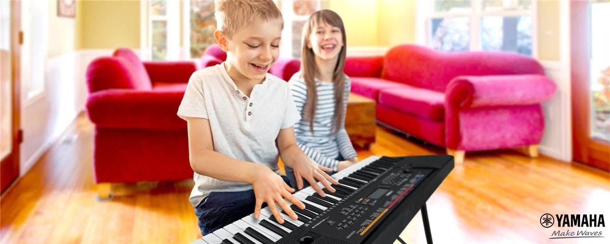 bé học đàn organ